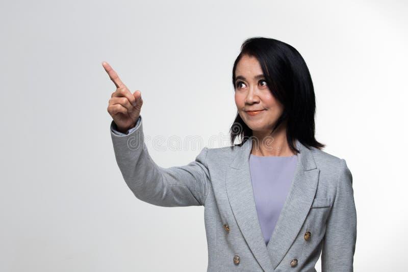 Terno velho do suporte da mulher de negócio dos anos do asiático 50s 60s foto de stock royalty free