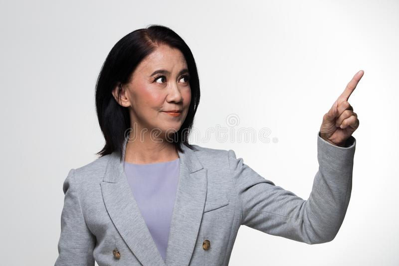 Terno velho do suporte da mulher de negócio dos anos do asiático 50s 60s fotos de stock royalty free