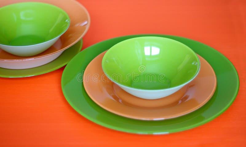 Terno verde e alaranjado das placas bastante bem fotos de stock