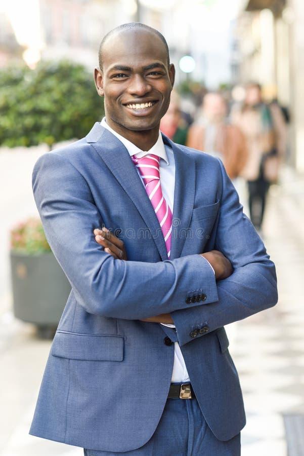 Terno vestindo do homem negro considerável no fundo urbano imagens de stock royalty free