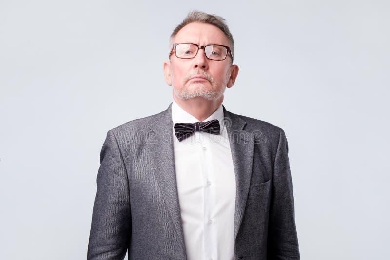 Terno vestindo e vidros do homem superior que olham sérios e seguros na câmera foto de stock royalty free
