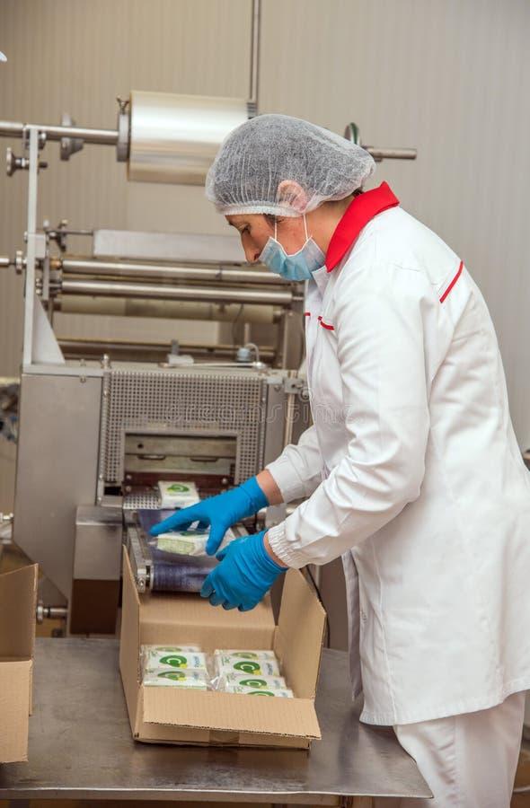 Ternopil, de OEKRAÏNE - Maart 24, 2016: De аarbeider pakt boter in B in royalty-vrije stock foto