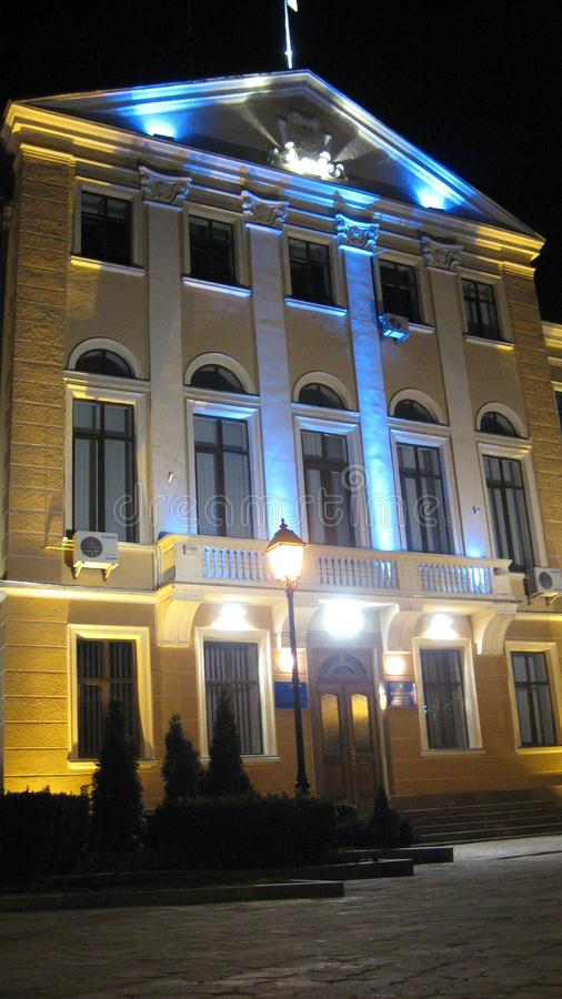 Ternopil, Ucrânia - 14 de março de 2008: A construção do Conselho Municipal é destacada na noite pelas cores nacionais de Ucrânia fotografia de stock