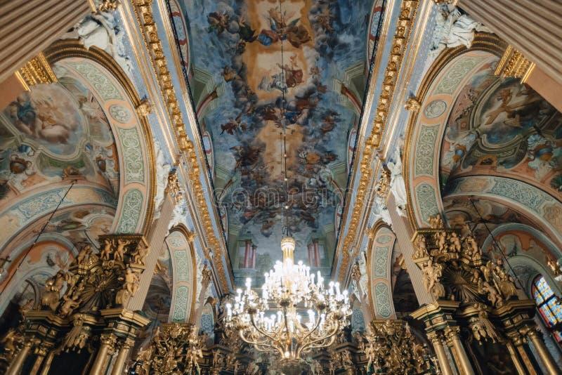 Ternopil, Ucrânia - 20 de outubro de 2018: Catedral da concepção imaculada da Virgem Maria, do teto e do candelabro abençoados imagem de stock