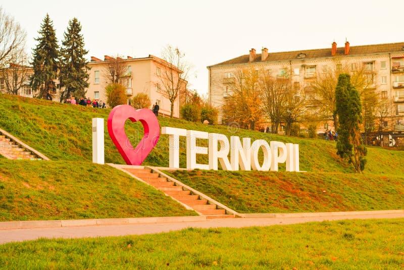 TERNOPIL, UCRAINA - 11 AGOSTO 2017: Iscrizione dalle lettere del metallo io amore Ternopil insieme 30 ottobre 2018 sull'argine di fotografia stock libera da diritti