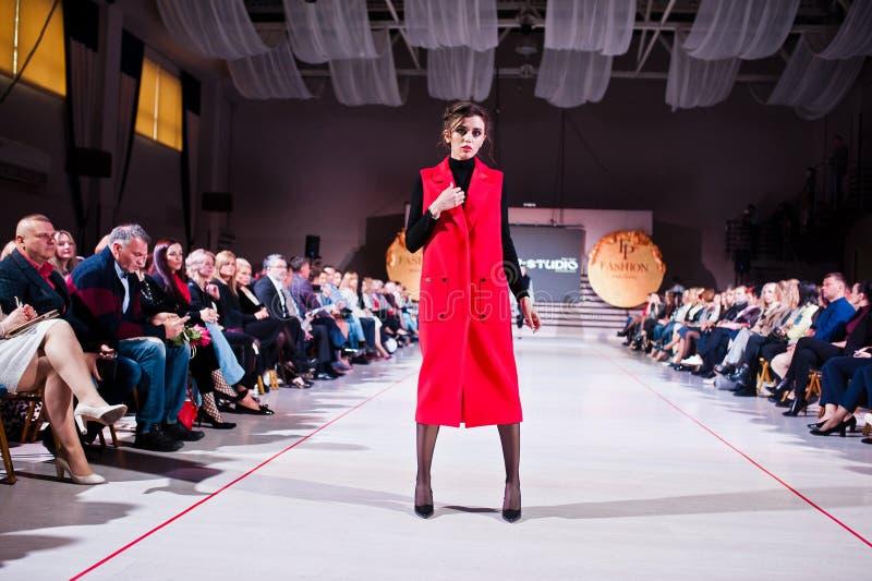 Ternopil, Ucraina - 12 maggio 2017: Modelli di moda che indossano i vestiti immagini stock libere da diritti