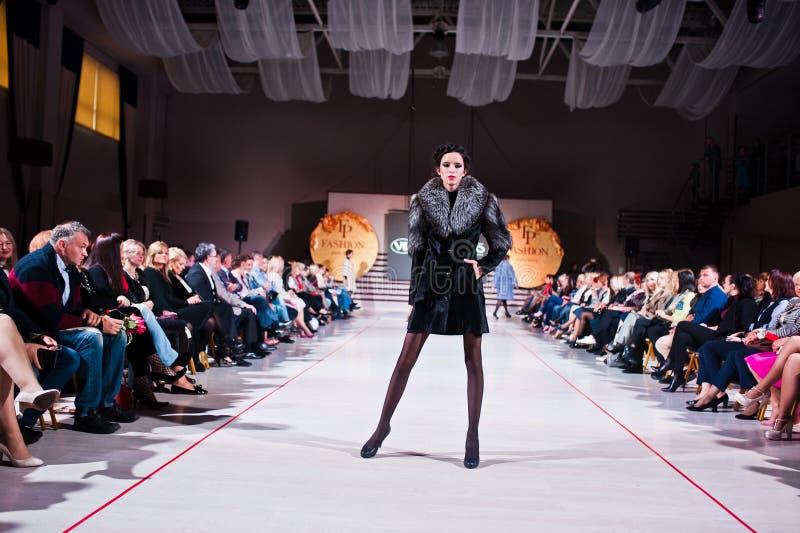 Ternopil, Ucraina - 12 maggio 2017: Modelli di moda che indossano i vestiti fotografie stock