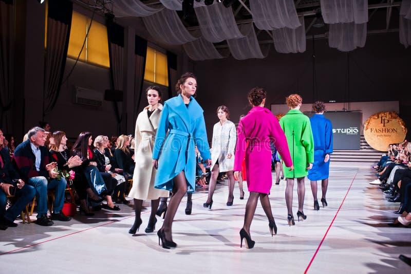 Ternopil, Ucraina - 12 maggio 2017: Modelli di moda che indossano i vestiti immagine stock libera da diritti