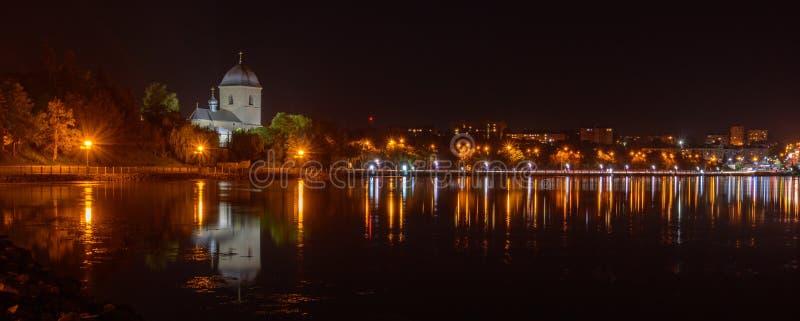 TERNOPIL, UCRANIA - 11 DE AGOSTO DE 2017: Iglesia de la exaltación de la cruz sobre la charca de Ternopil El camino del imagenes de archivo