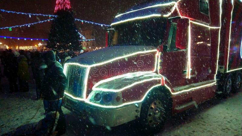 Ternopil Ukraina - Januari 5, 2019: Coca - colajul åker lastbil besöker Ternopil arkivbild
