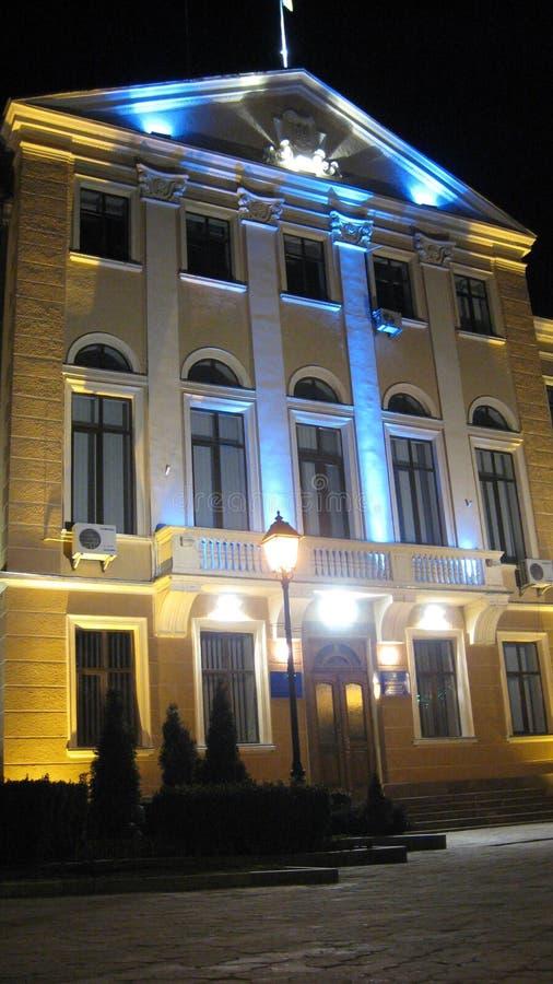 Ternopil Ukraina - mars 14, 2008: Kommunfullmäktigebyggnaden markeras i aftonen av de nationella färgerna av Ukraina arkivbild