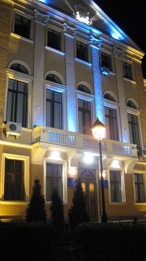 Ternopil, Ukraine - 14 mars 2008 : Le b?timent de conseil municipal est accentu? le soir par les couleurs nationales de l'Ukraine photographie stock libre de droits