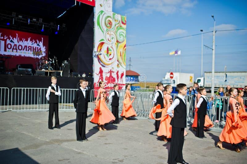 Ternopil, Ukraine - 1. Oktober 2017: Gesellschaftstänzekinder an PO stockfoto