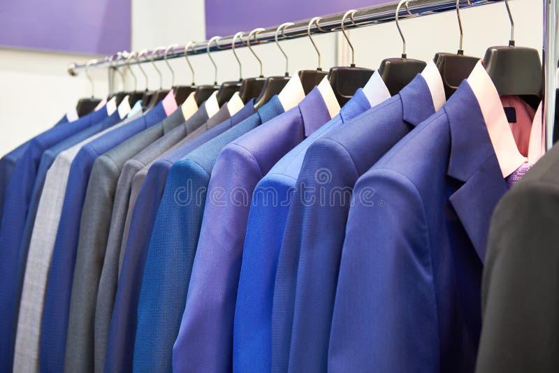 Ternos do ` s dos homens com as camisas na loja de roupa imagem de stock royalty free
