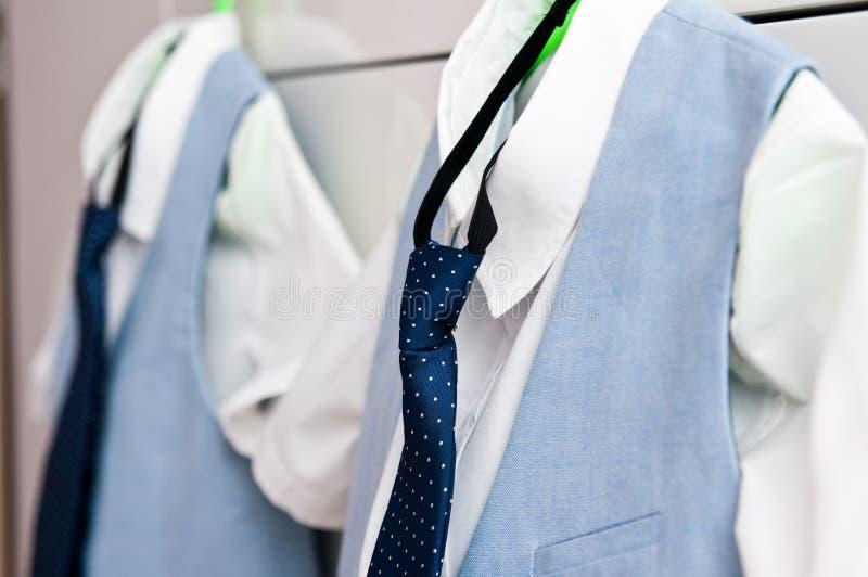 Ternos e camisas azuis elegantes para dois meninos foto de stock