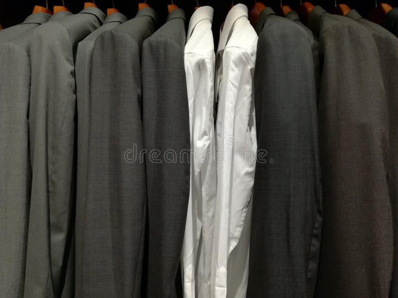 Ternos para homens em uma loja e em duas camisas brancas fotos de stock