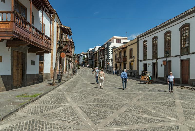 TEROR, GRAN CANARIA, SPANJE - MAART 08, 2018: Weergeven van zeer comfortabele straat in het historische centrum Oude huizen, onhe royalty-vrije stock afbeeldingen