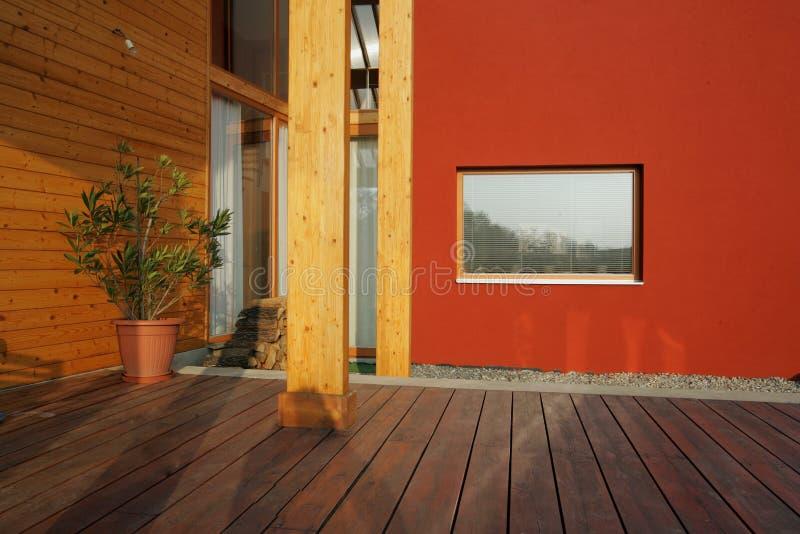 Terraço ao ar livre de madeira moderno fotos de stock