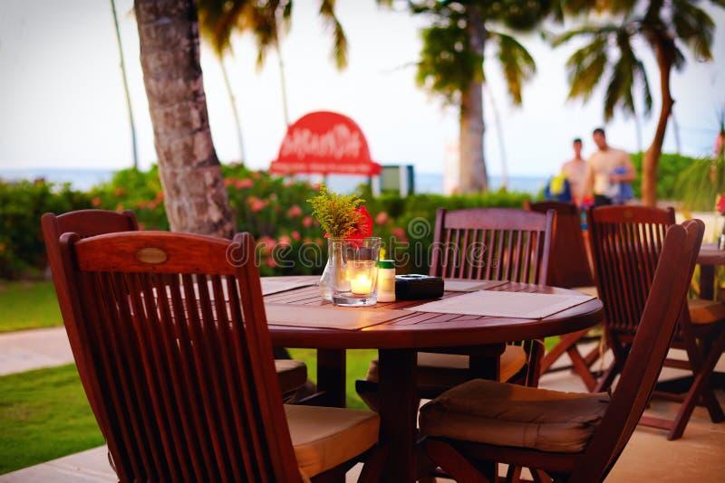 Terraço bonito do verão perto da praia tropical fotografia de stock royalty free