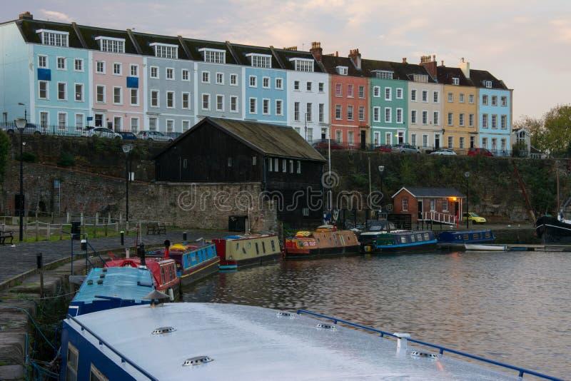 Terraço das casas e de barcos estreitos em Bristol Dockyard imagens de stock royalty free