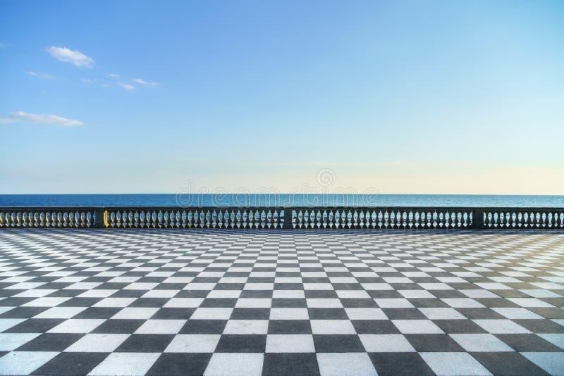 Terraço de Mascagni Terrazza e entrada de porto no por do sol Livorn foto de stock royalty free