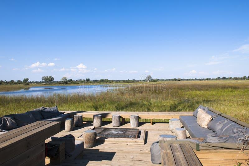 Terraço de um hotel luxuoso do safari em Botswana foto de stock