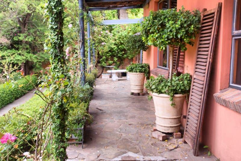 Download Terraço de uma casa velha imagem de stock. Imagem de composição - 29839889