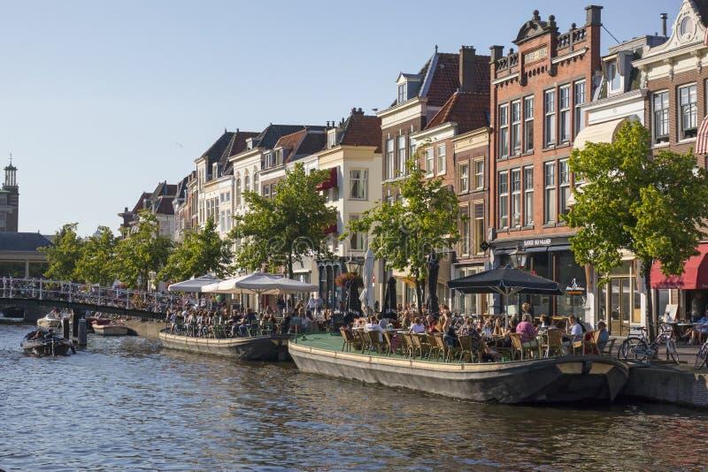 Terraço do barco no canal no Nieuwe Rijn em Leiden imagem de stock royalty free