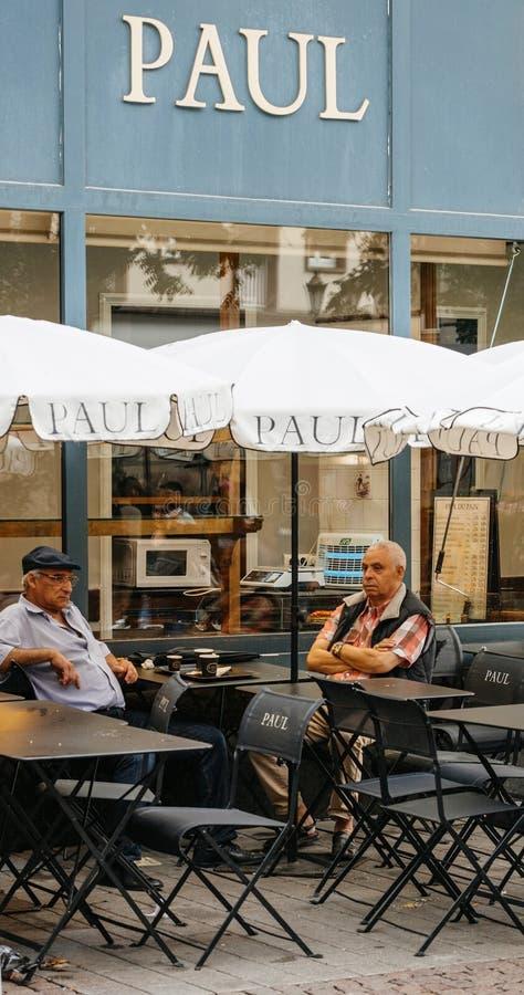 Terraço do café de Paul com verão da cidade dos seniros fotos de stock royalty free