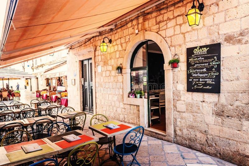 Terraço do restaurante na cidade velha de Dubrovnik na rua estreita fotografia de stock royalty free