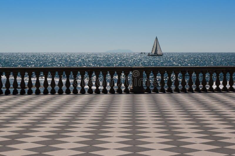 Terraço do ` s Mascagni de Livorno e barco de navigação branco no fundo foto de stock royalty free