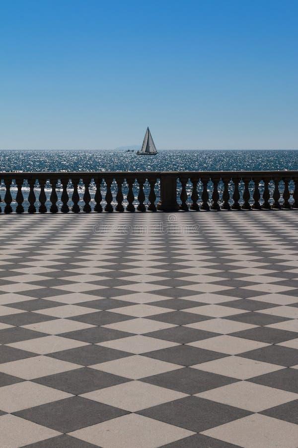 Terraço do ` s Mascagni de Livorno e barco de navigação branco no fundo fotografia de stock royalty free
