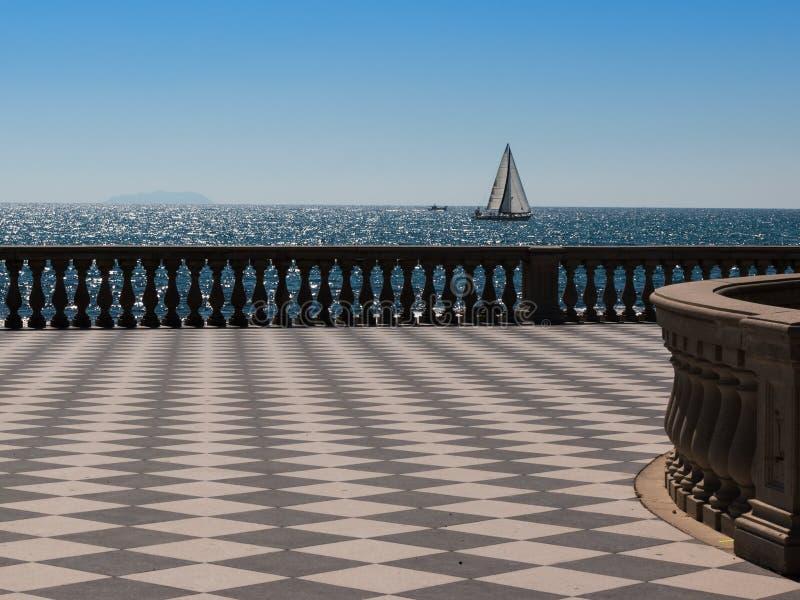Terraço do ` s Mascagni de Livorno e barco de navigação branco no fundo foto de stock