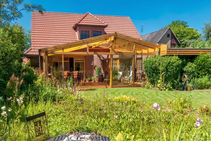 Terraço e jardim do verão fotografia de stock royalty free
