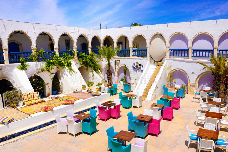 Terraço exterior da casa e do restaurante de chá, mercado de Djerba, Tunísia fotografia de stock royalty free