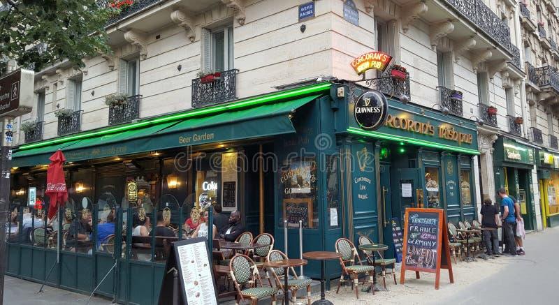 Terraço irlandês do bar em Paris completamente dos povos que apreciam uma bebida fora fotos de stock royalty free
