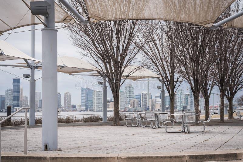 Terraço público ao longo de Hudson River Greenway com opiniões da skyline imagens de stock