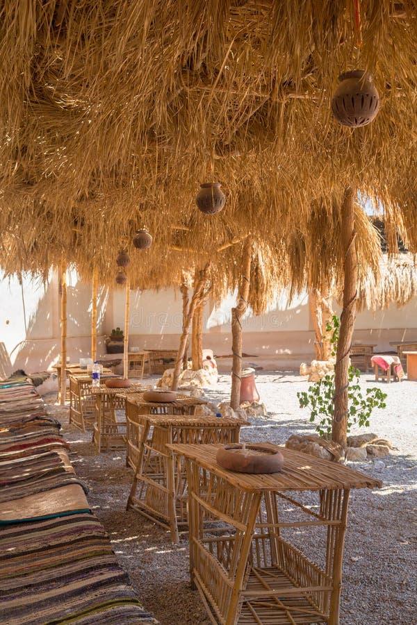 Terraço sombreado na vila de deserto africana foto de stock