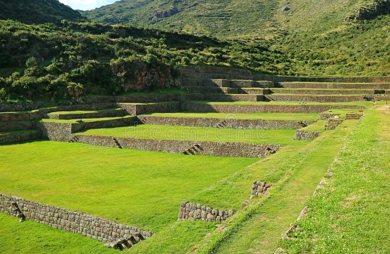 Terraços agrícolas antigos alastrando de Tipon no vale sagrado, Peru imagem de stock