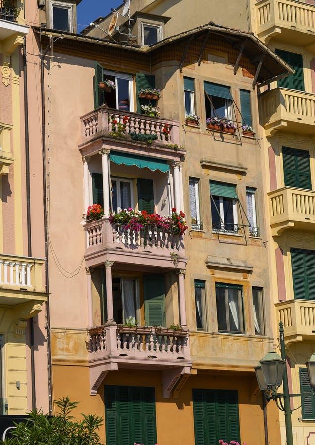 Terraços com as flores em residências pintadas ao longo do passeio de Santa Margherita Ligure, Itália fotografia de stock royalty free