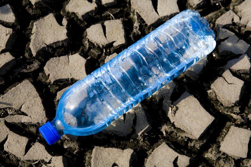 Terra árida e água mineral imagens de stock