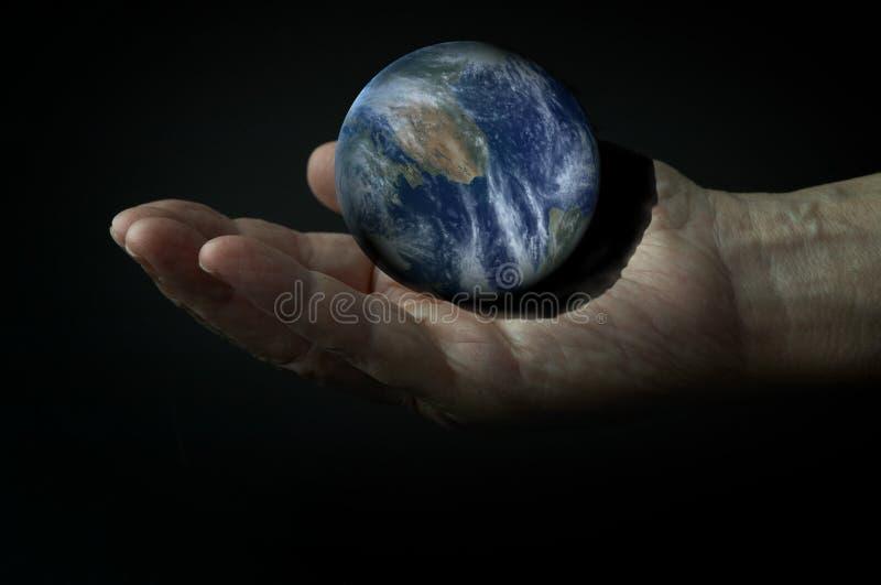 terra 3d na mão na obscuridade ilustração do vetor