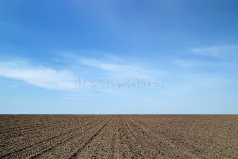 Terra arável e o céu fotos de stock