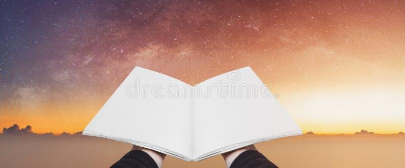 A terra arrendada da mão abriu o livro, páginas vazias no céu estrelado colorido Conceitos da imaginação, do conhecimento, da sab ilustração do vetor