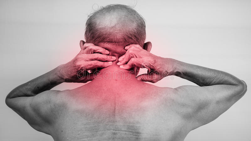 Terra arrendada da mão do homem superior ele pescoço e massagem na área da dor fotos de stock royalty free