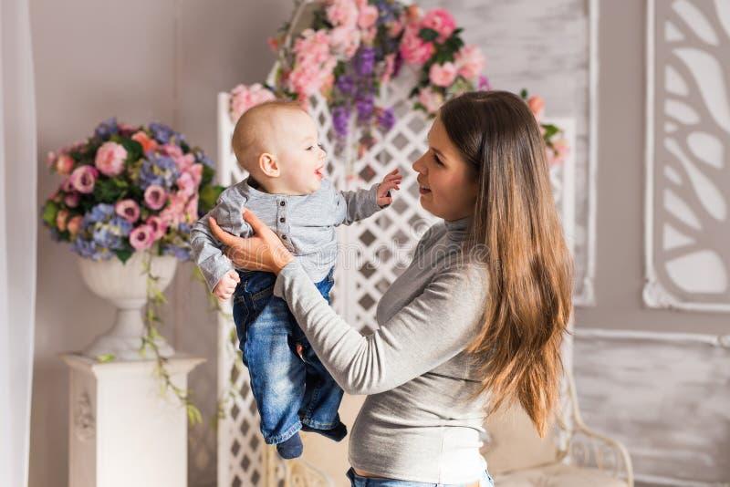 Terra arrendada da matriz sua criança Mamã que joga com criança de riso Família em casa foto de stock royalty free