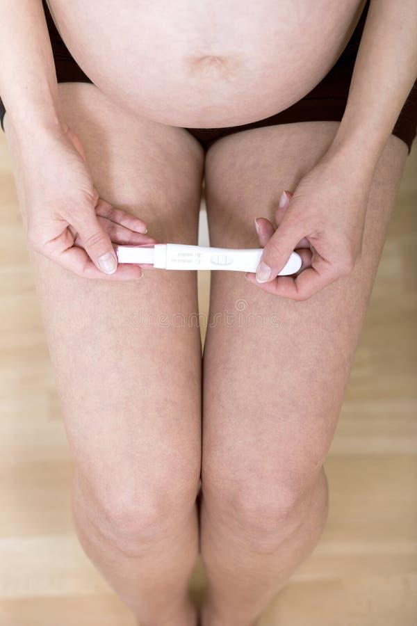 Terra arrendada da mulher no teste de gravidez das m?os fotos de stock
