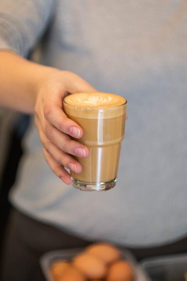 Terra arrendada da mulher ou copo do serviço do café branco liso foto de stock royalty free