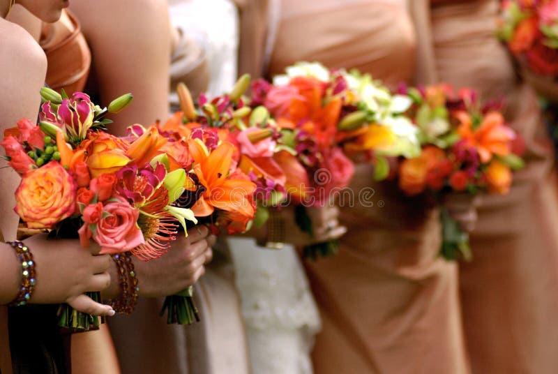 Terra arrendada da noiva seu ramalhete do casamento fotos de stock