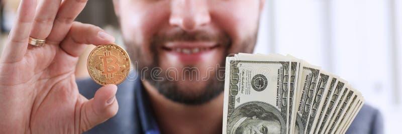 Terra arrendada de sorriso feliz nova do homem de negócios fotos de stock royalty free